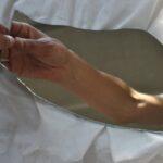 En spegel i handen / Kajsa Sandström.
